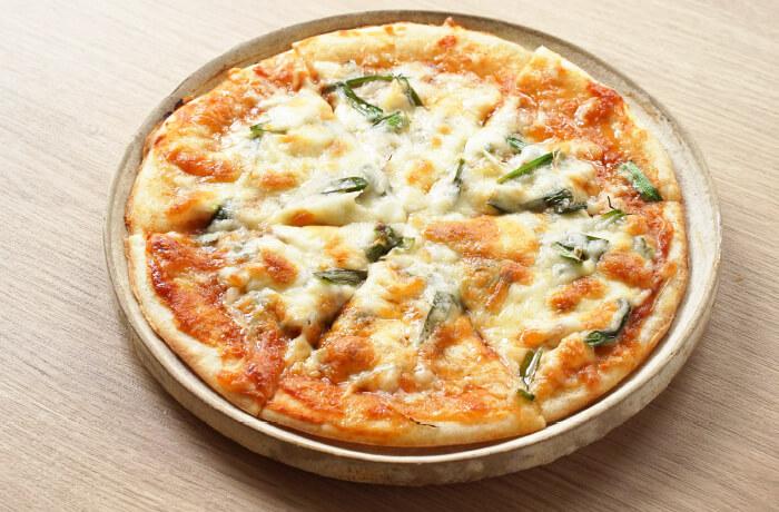 味噌トマトソースの豚ニラピザ